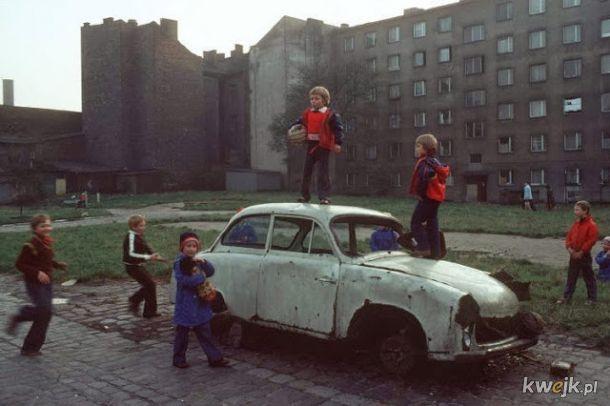Kolorowe fotografie ukazujące codzienne życie w Polsce na początku lat 80-tych