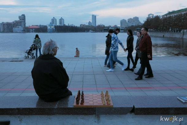 Smutny dziadek całymi dniami siedzi na ulicy w oczekiwaniu na kompana do gry w szachy