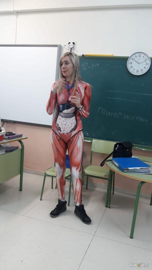 Hiszpańska nauczycielka biologii Verónica Duque dosłownie wychodzi ze skóry, by małolatów czegokolwiek nauczyć.