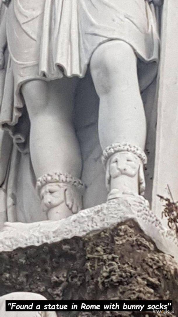 antyczna rzeźba w skarpetkach