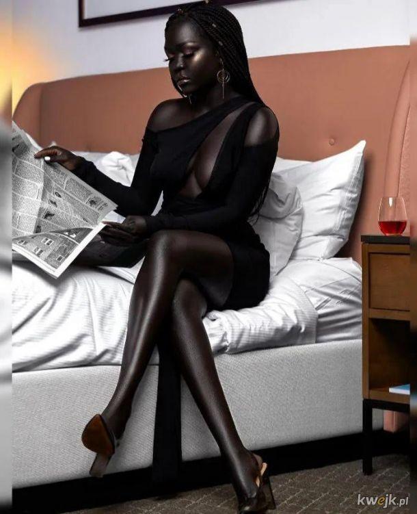 Nyakim Gatwech i jej ekstremalnie ciemna skóra.