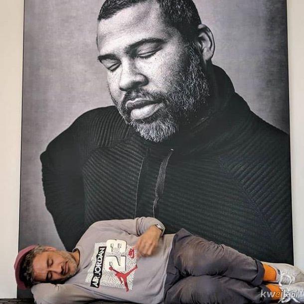 Taika Waititi śpiący w dziwnych miejscach