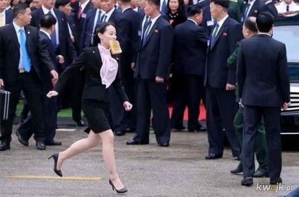 Nazywam się Kim Jo Dzong i jestem spóźniona na mój pierwszy dzień pracy jako Dyktator