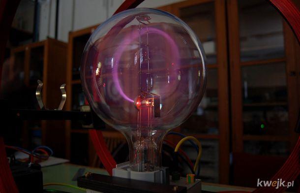 """Strumień elektronów """"wygięty"""" przez pole magnetyczne"""