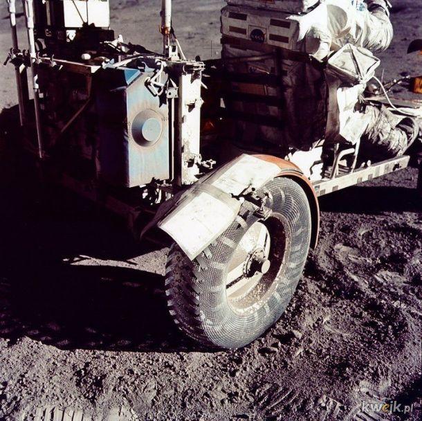 """Błotnik łazika księżycowego """"naprawiony"""" poskładanymi mapami i srebrną taśmą podczas misji Apollo 17"""