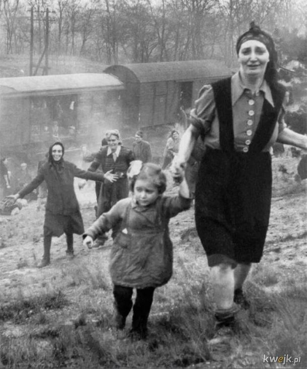 Zydzi uratowani z pociagu smierci, 1945 r.