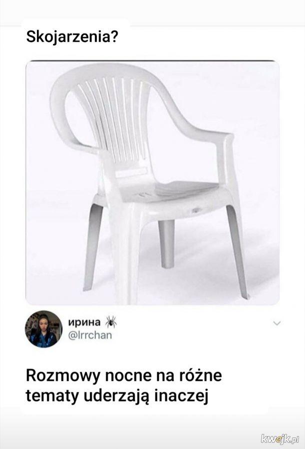 Te plastikowe krzesełka