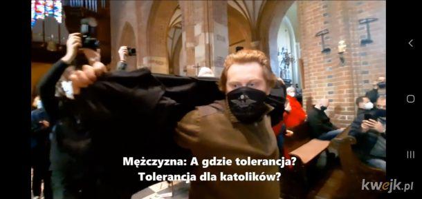 Katocymbał rozklada kurtke, zeby zaslonic hasla protestujacych w katedrze kobiet. Boi sie, zeby Jezusek nie zobaczyl?