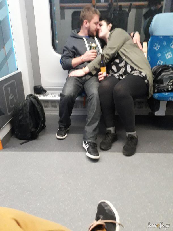 Klasyczni bezmaseczkowcy. Jak tu żłopać piwo w pociągu i całować się przez maseczkę, no jak?!