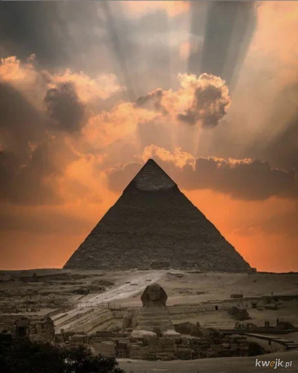 Piramida Chefrena o zachodzie Słońca