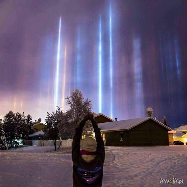 """To """"light pillars"""" na Alasce. Stworzone przez odbicia światła księżyca i światła ulicznego w maleńkich kryształach lodu zawieszonych w zimnym powietrzu."""