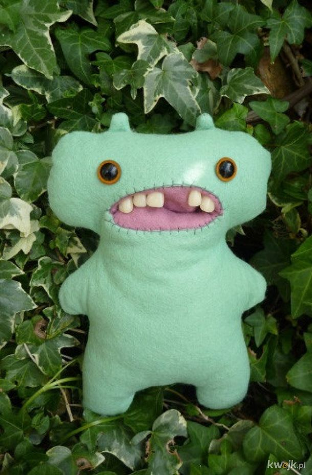 Brzydkie zabawki z ludzkim uzębieniem, dla dzieci rodziny, której nie lubisz