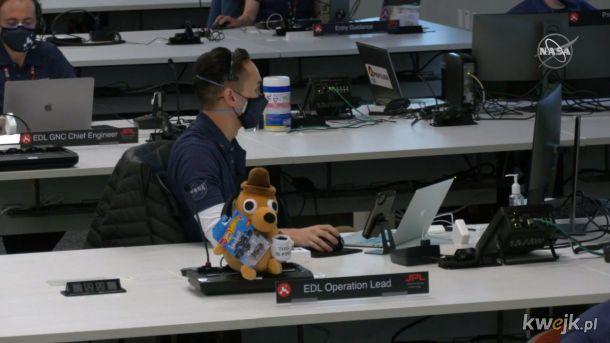 """Lider Operacyjny NASA o lądowaniu na Marsie: """"THIS IS FINE"""". A ten typ za nim znowu plotkuje zamiast pracować!"""