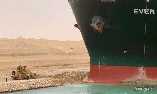 Tymczasem egipski Marian ze szwagrem probujo wykopac ten statek z Kanalu Sueskiego