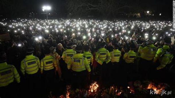 Tymczasem... brytyjska policja naparza kobiety protestujace smierc kobiety zabitej przez... policjanta