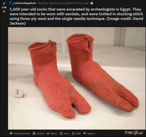Sandały tylko ze skarpetami.
