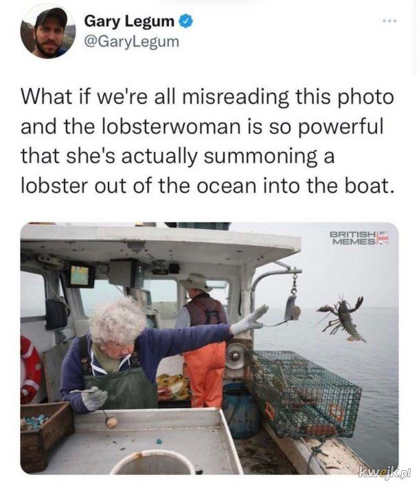 Lobsterwoman przywołuje homara z wody.