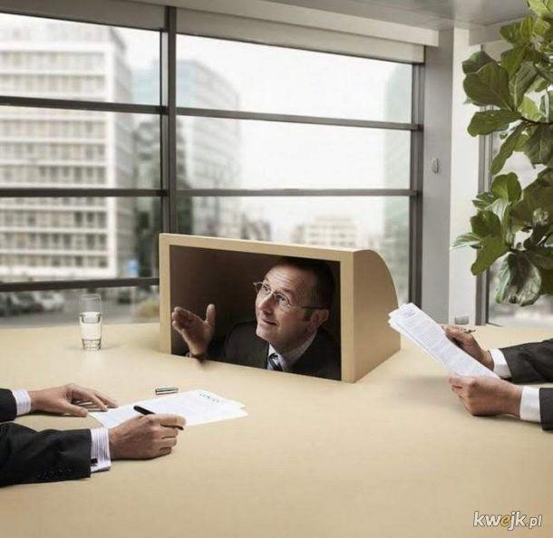 Prawnik przy podpisywaniu umowy