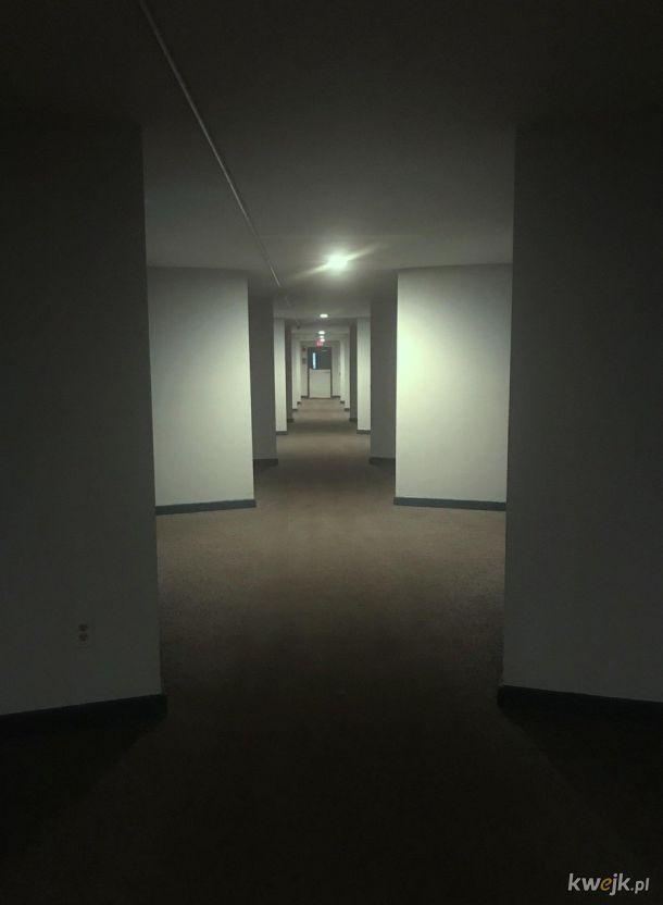 Taki korytarz do nocnych spacerów w samotności.
