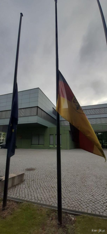 Piękny gest ze strony niemieckiej. Flaga Niemiec opuszczona do połowy masztu na znak pamięci o polskich ofiarach II wojny światowej