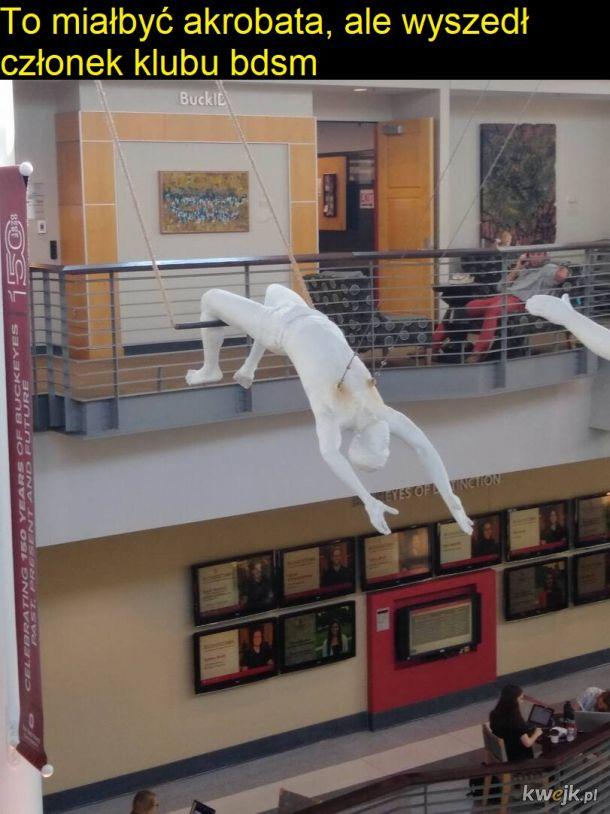 Frywolna rzeźba w Domu Kultury