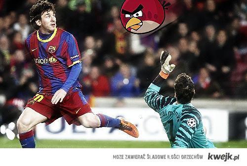 """Leo Messi zaatakowany przez """"Wściekłego Ptaka"""""""