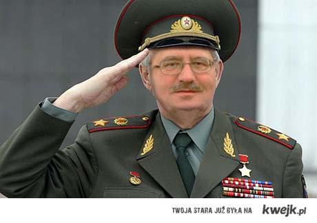 Bronisław Komoruski melduje się na rozkaz