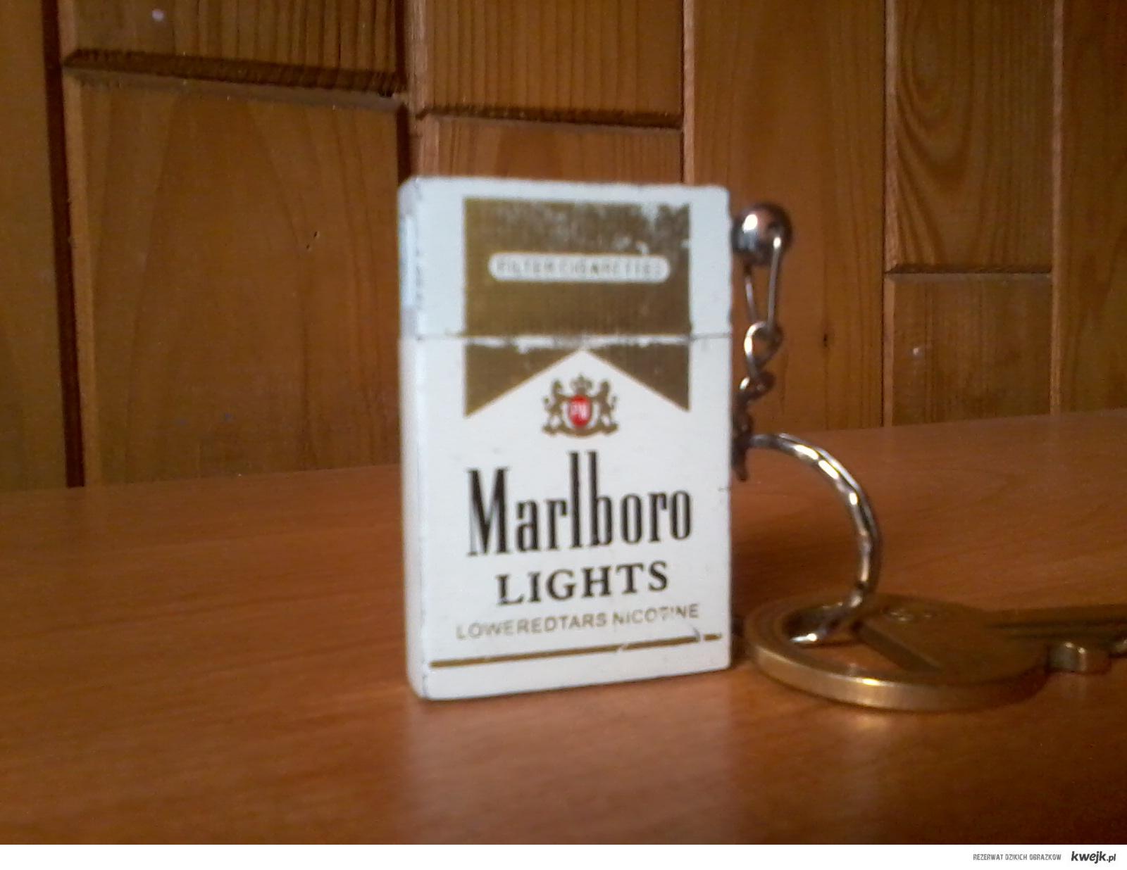 Marlboro, zapalniczka.