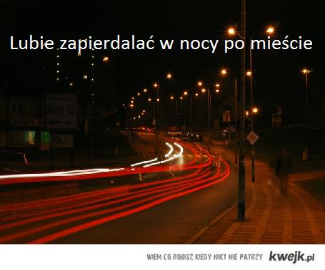 nocą przez miasto